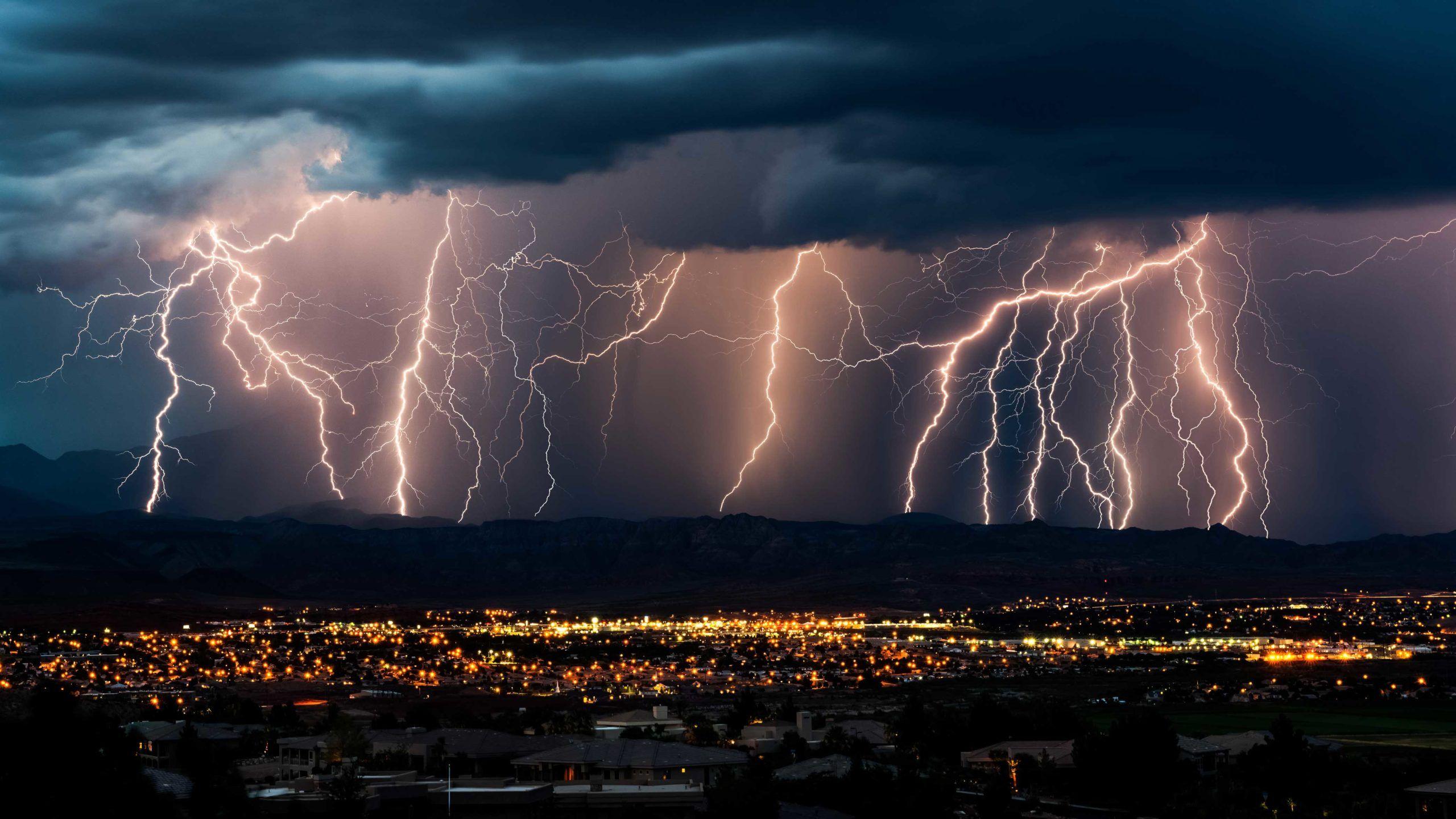 Voldsomt tordenvær over by